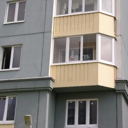 Балкон на втором этаже многоэтажки