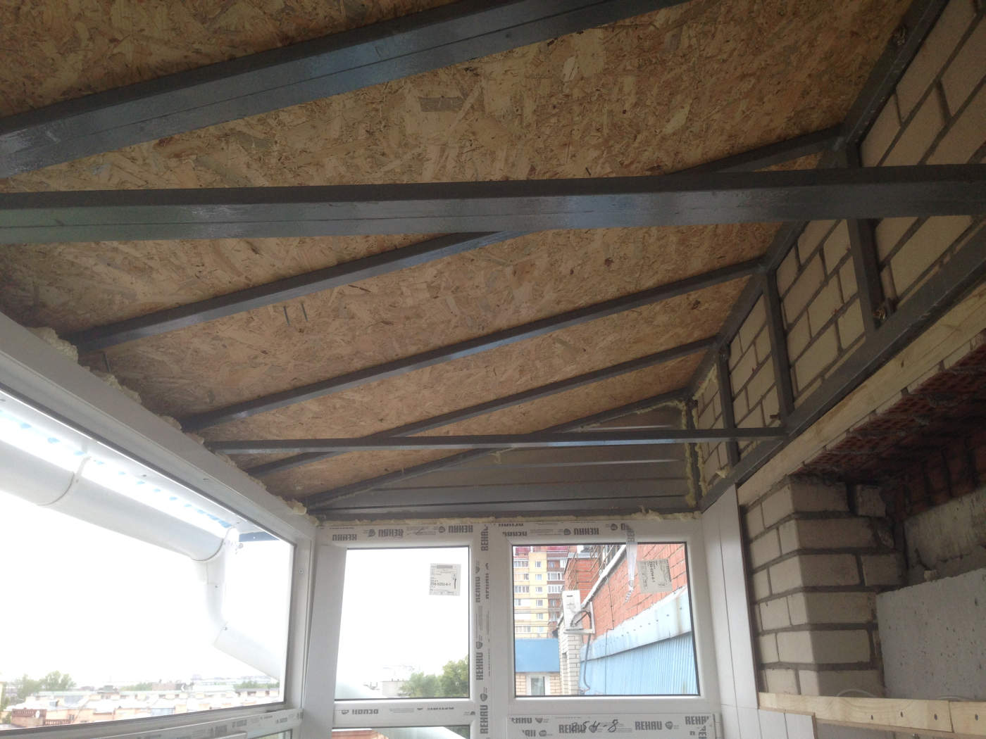 Монтаж и установка остекления балкона с крышей на последнем .